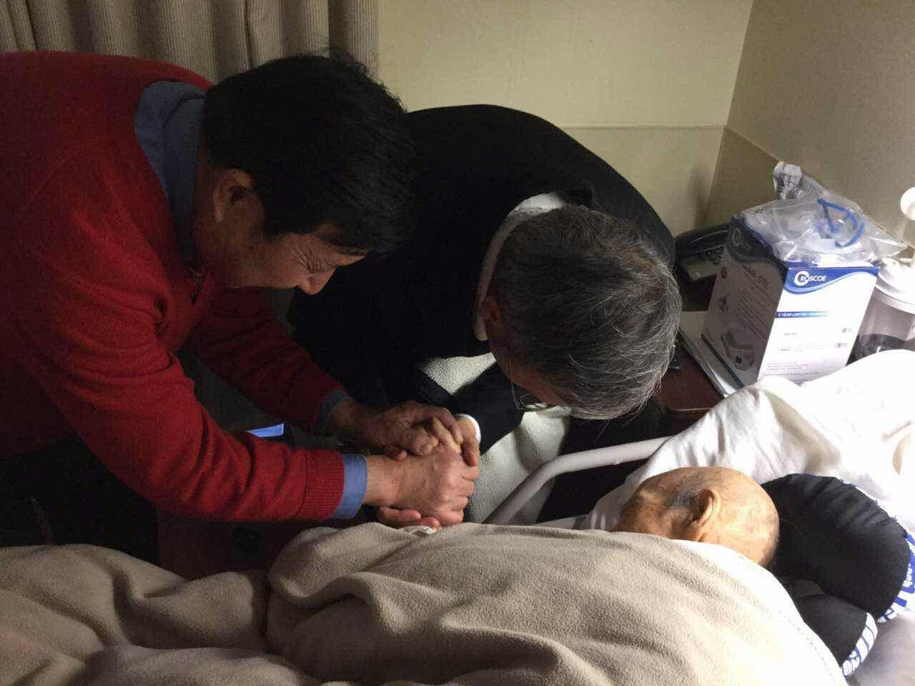 黎牧师程老师为王伯伯祷告