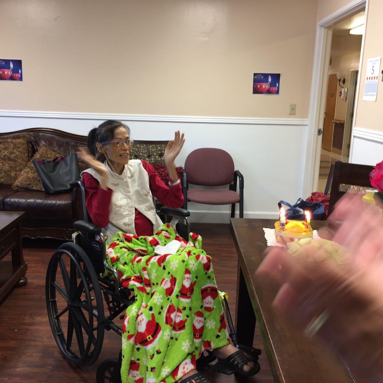 丁丁姊妹也拍起手来一通欢乐地领受生日祝福